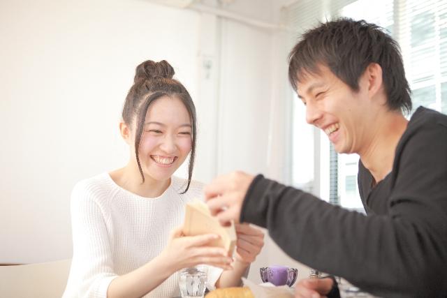 仲のいいカップル 若い夫婦